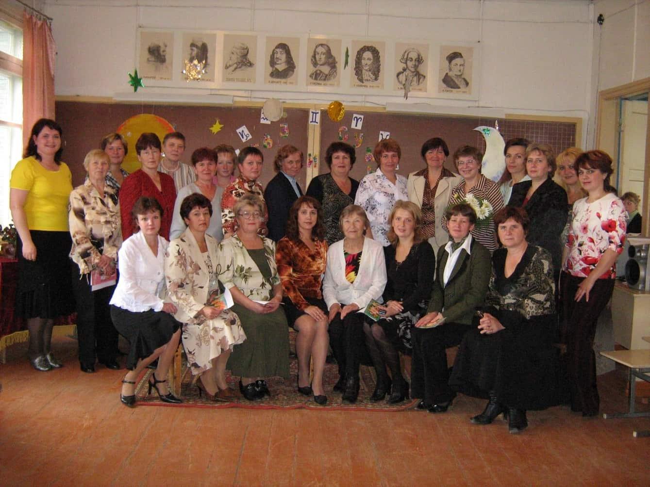 Нина Морозова во втором ряду, шестая справа