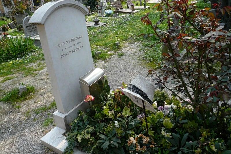 На могиле Иосифа Бродского. Фото www.tunnel.ru