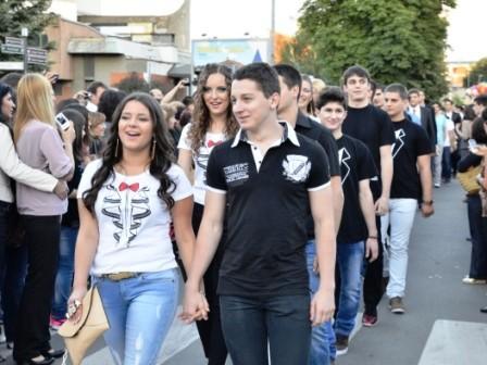 Сербские школьники отдали больным детям деньги за выпускные наряды