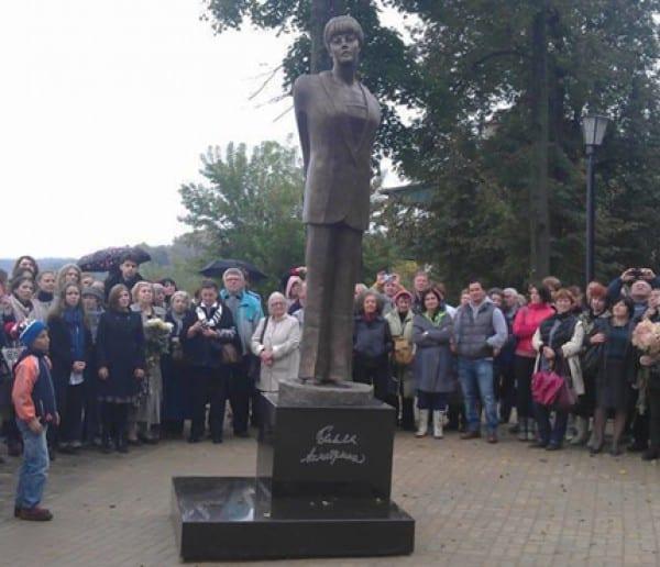 Памятник Белле Ахмадулиной открыли в Тарусе