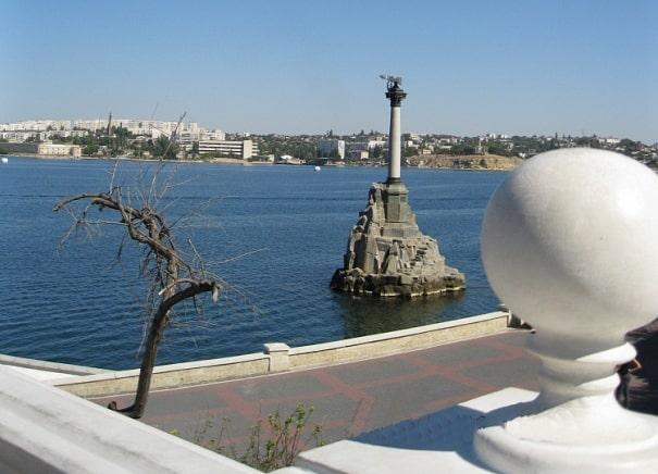 «Под ноги склонами лег Севастополь…»