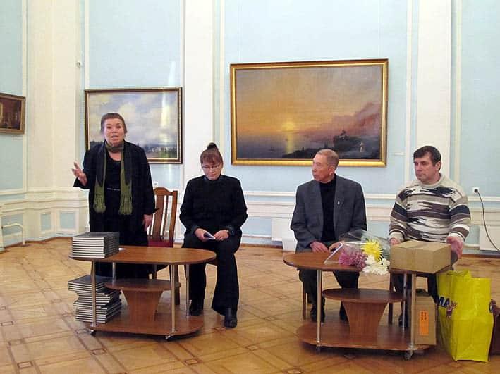 Альбом представляет директор Карельского филиала Российского фонда культуры Зифа Юсупова