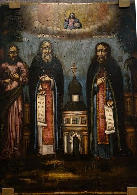Неудивительно было увидеть образ иконы святых Зосимы и Савватия. От отца я знала, что предки разводили пчел, а эти святые являются покровителями пчеловодов