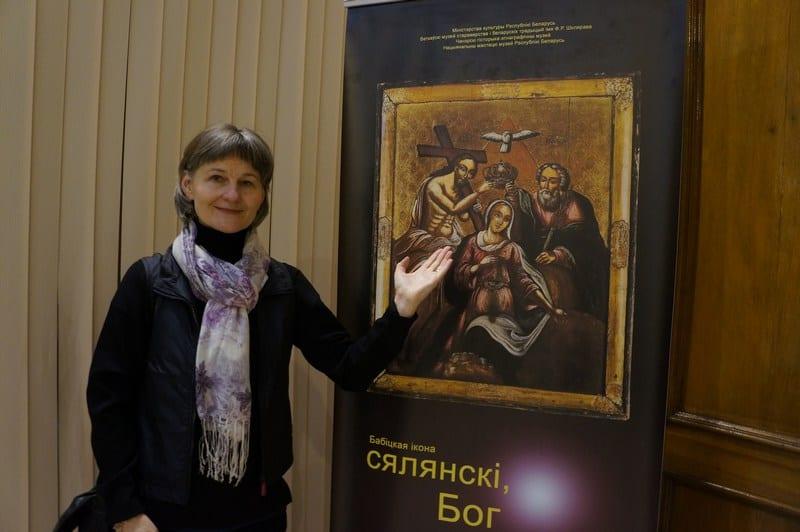 Ирина Ларионова у афиши в Минском музее