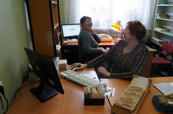 10.Над электронным каталогом корпят Елена Фишова и Наталья Лопаткина