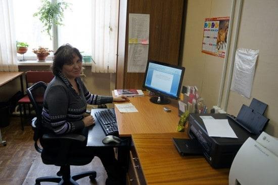 У каждого библиотекаря есть свой компьютер, пусть не новый. Хорошо работает Интернет. Ирина Романова, заведующая сектором деловой и социальной информации,  работает в библиотеке более 20 лет