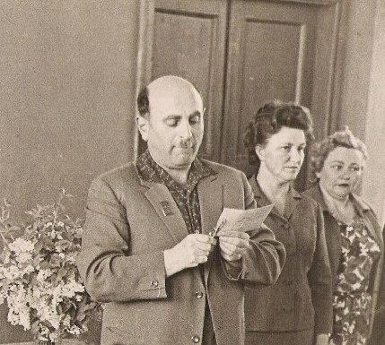 Исаак Самойлович  вскрывает конверт с экзаменационными темами
