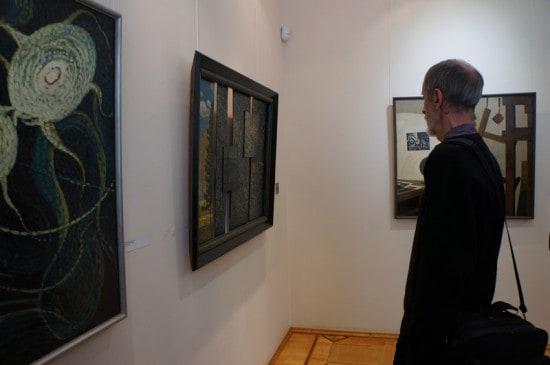 В зале, где представлены абстракции, формальные работы, натюрморты