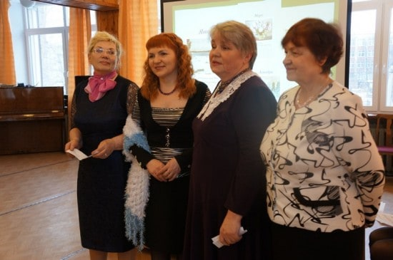 Выступает группа активисток из Летнереченска
