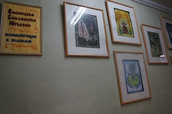 В центральной библиотеке, которой уже 30 лет, висит уникальная выставка работ замечательных иллюстраторов детской книги Юрия и Елизаветы Васнецовых, подаренная библиотеке