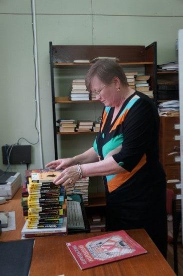 Комплектация и обработка новых поступлений производится в святая святых  Центральной библиотеки. Первыми новые книги попадают в опытные  руки   Татьяны Семеновой