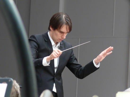 Мариус Стравинский дирижирует симфоническим оркестром Карельской филармонии