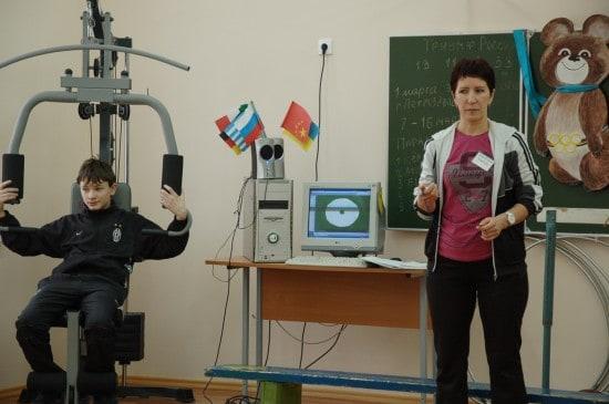 Урок физкультуры Елена Францевна Сас проводит в обычном кабинете