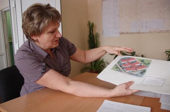 Директор Суккозерской школы Любовь Владимировна Лакшевич показывает проект