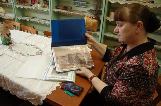 Завуч Тамара Александровна Самовосина показывает фото старой школы