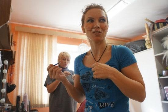 Ольга Портретова могла бы гримироваться у себя, но вместе со всеми  веселее
