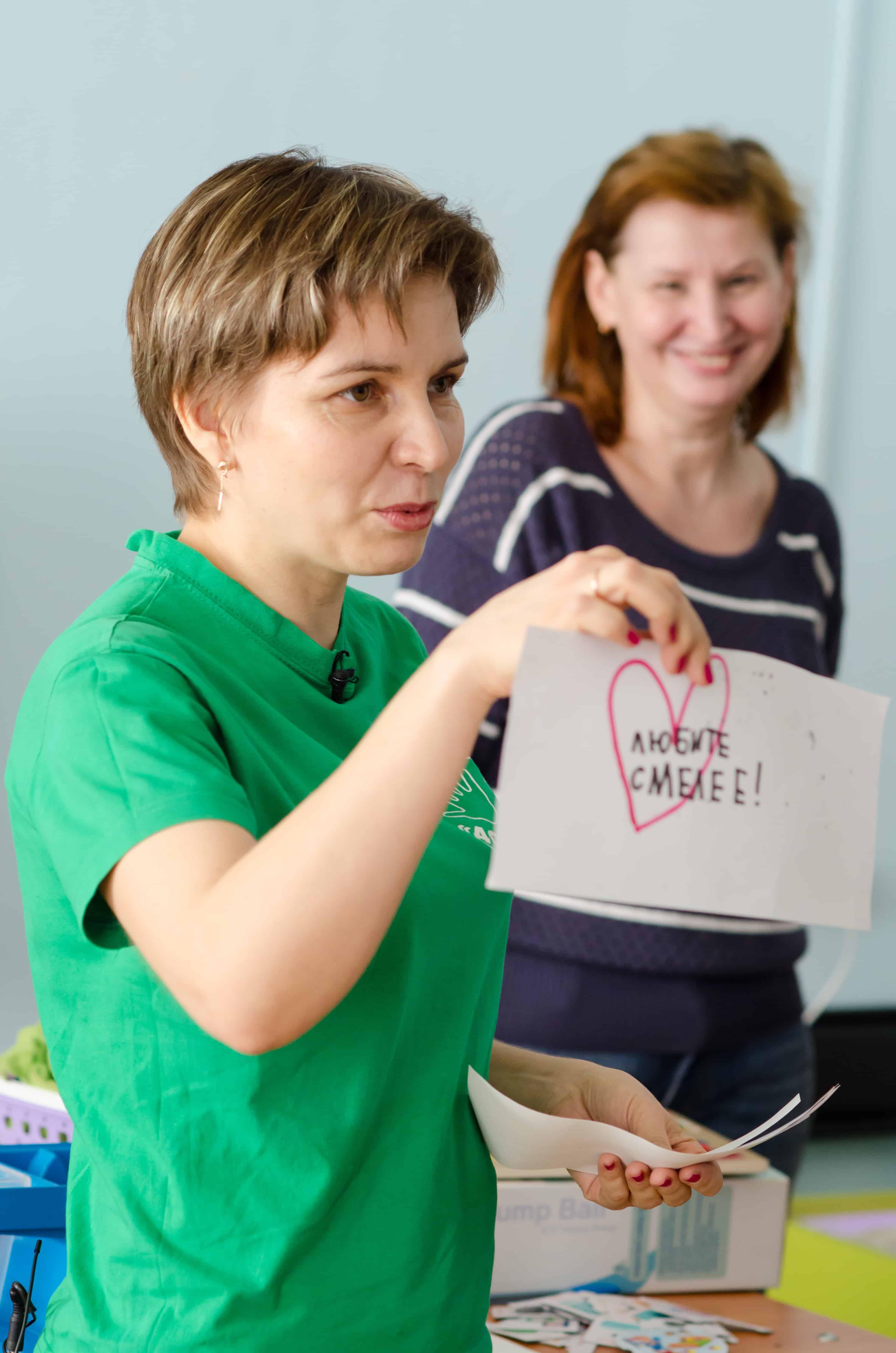 Наталья Никулина, руководитель проекта, показывает рисунок своего сына