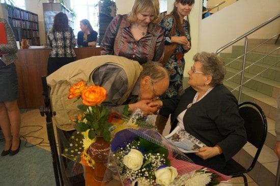 Борис Гущин по-старомодному поцеловал руку
