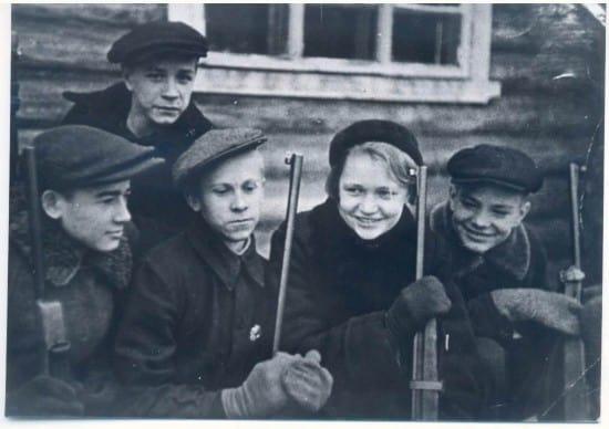 Галя Москалева с друзьями по кружку ОСОАВИАХИМа