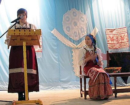 Дарья Моросина представила доклад «Досюльный девичий заонежский костюм», но на сцену она вышла с сестрой Александрой, которая показала, как она выглядел как она выглядел, этот старинный девичий костюм