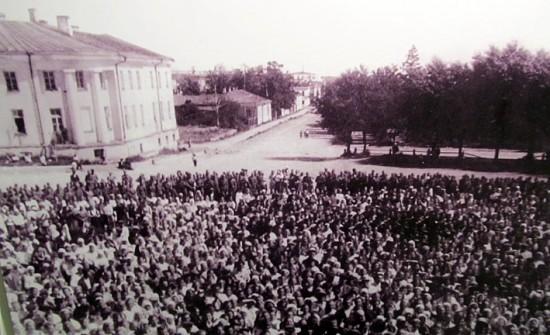 Участники митинга в честь освобождения Петрозаводска. Фотография представлена на выставке