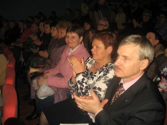 На переднем плане- главы местного самоуправления поселков, школьники  из которых приняли участие в малых Федосовских чтениях-2014