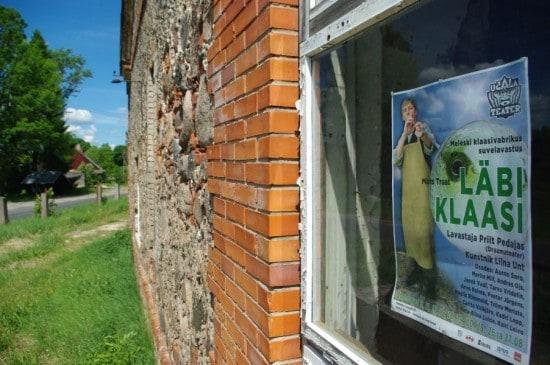 Спектакль об истории стекольной фабрики был сыгран в её стенах. Фото www.meleski.eu