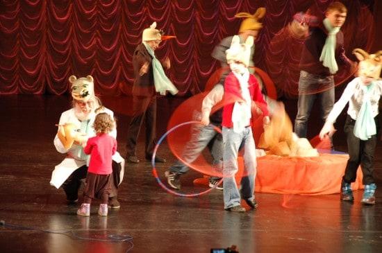 Во время выступления театральной студии на сцену вышла маленькая девочка