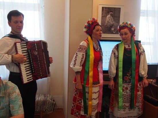 Звучит украинская песня