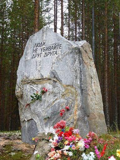 Соловки, Сандармох, газеты времен ГУЛАГа. Фотоколлаж Юрия Серова. www.solovki.ca