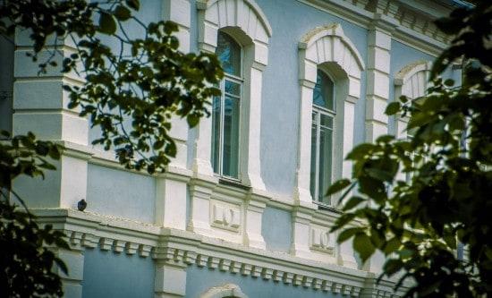 Фрагмент фасада. Обрамление окон. Фото А. Барабанова
