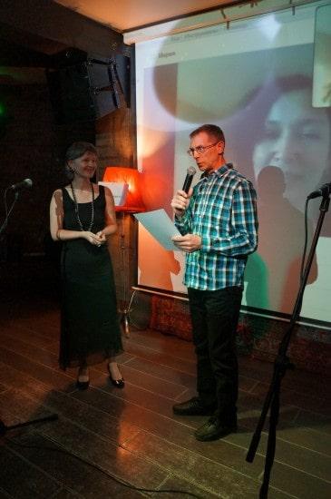 Диплом лауреата Ирине Ларионовой вручает  Анатолий Цыганков