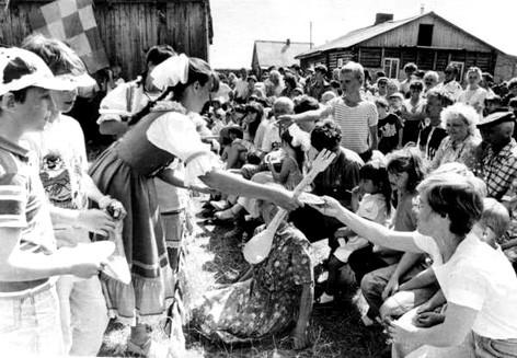 Один из первых праздников в Киндасове. Фото с сайта Национального архива РК