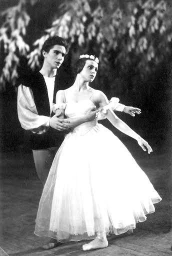 Сцена из балета «Жизель»: Светлана Губина и Юрий Сидоров (фото из книги)