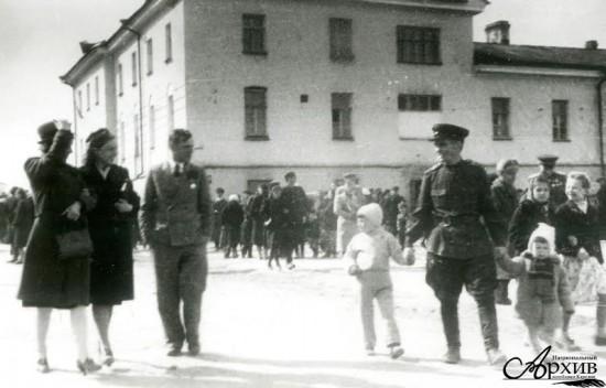 Жители города в день празднования Победы в Великой Отечественной войне.  Петрозаводск, 9 мая 1945 года
