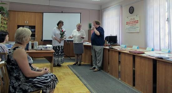 Директор Национального архива Ольга Жаринова благодарит гостей –  Наталью и Геннадия Вавиловых