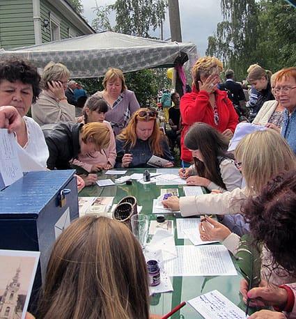 От желающих черкнуть пару строк на открытках с видами старого Петрозаводска отбоя не было