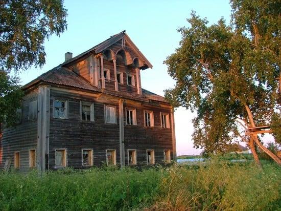 Дом Мариуша Вилька в деревне Кондобережская. Фото с сайта petroglyphcon.ru