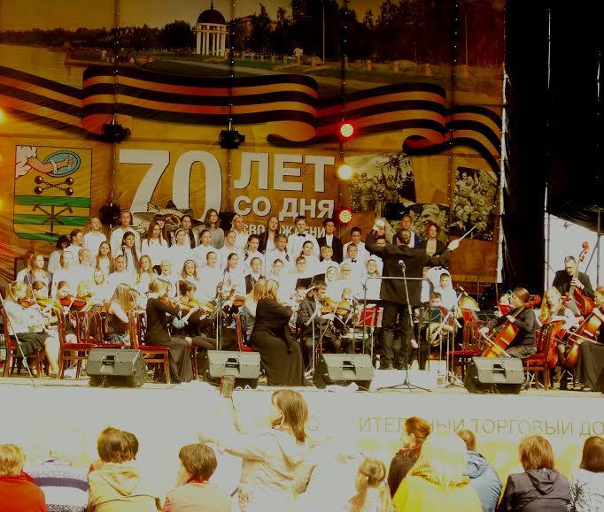 Выступление музыкальных коллективов Карелии и Норвегии  лощадке в День города