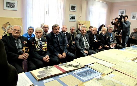 Ветераны, пришедшие на открытие выставки