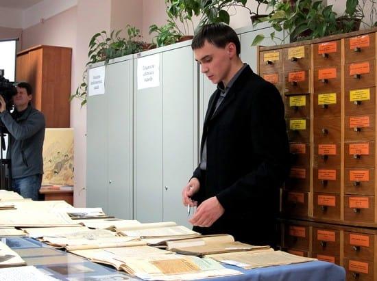 Куратор выставки, сотрудник Национального архива Антон Антонов