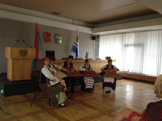 Гостей приветствовали кантелисты из ДМШ имени Синисало
