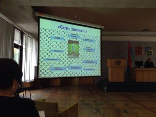 Сеть органиаций, призванных помогать ребенку, не защитила маленького Каспера (его фото в центре слайда)