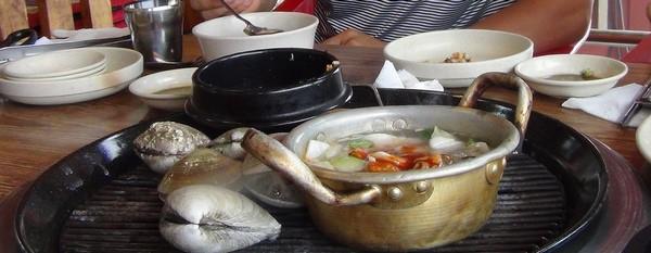 Стол в корейском кафе