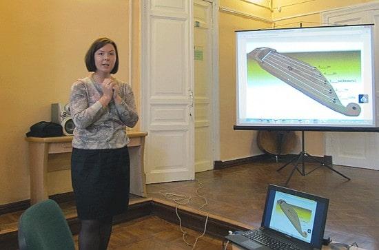 Наталья Шамрай демонстрирует виртуальное кантеле, игру на котором может освоить каждый