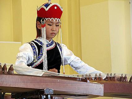 Юная участница ансамбля «Аялга» из Бурятии, завоевавшего Гран-при фестиваля