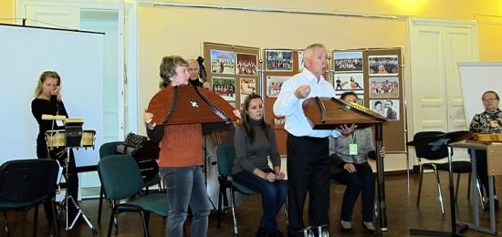 на семинаре С.С. Трофимова из Воткинска сопровождало выступление участников ансамбля удмуртских инструментов «Сайкан»
