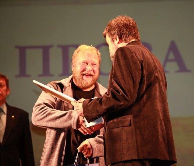 Дмитрий Новиков получает награду. Фото Smart News