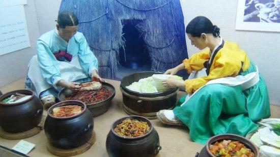 Инсталляция в музее фольклорной деревнию. Приготовление еды