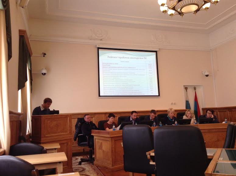Евгений Шорохов  представляет результаты социологического исследования молодежи